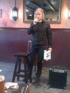 olli heikonen, finnischer autor, liest stehend